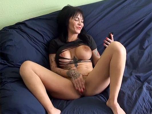 Imagen Español puta porno amateur con tetona madura con tatuajes follando con el novio de su compañera de piso