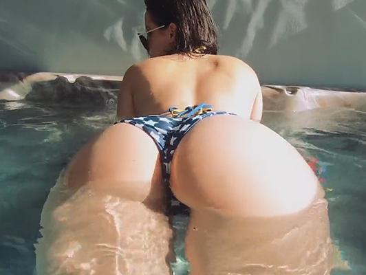 Imagen culo precioso en bikini en el jacuzzi