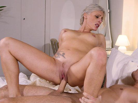 Imagen rubia madura con la garganta profunda mamando y follando una gran polla llena de esperma de su boca