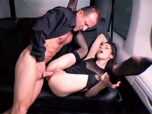 Imagen Follando en un taxi con una chica con un goteo y coño afeitado