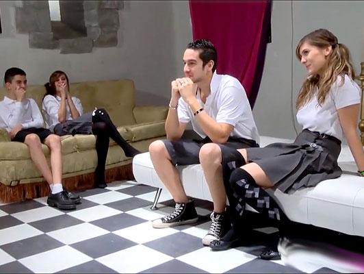 Imagen Traviesas colegialas españolas de un internado tienen una clase de orgía con los niños de la escuela
