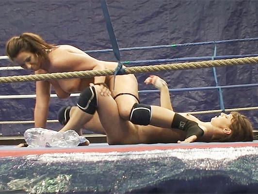 Imagen Lucha de las muchachas en un anillo hasta que los dos son completamente desnuda