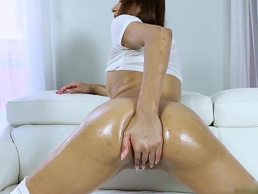 Imagen Juega con una gran cantidad de aceite con una latina en celo