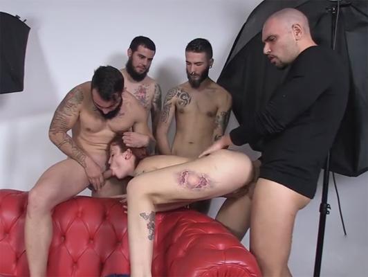 Imagen La pornostar española tatuado y pelirrojo Lilyan Rojo follada por 4 chicos