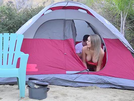 Imagen Ella folla en el campamento en video amateur.