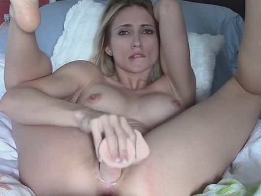 Imagen masturbandose rubia atractiva con un consolador de compraplacer