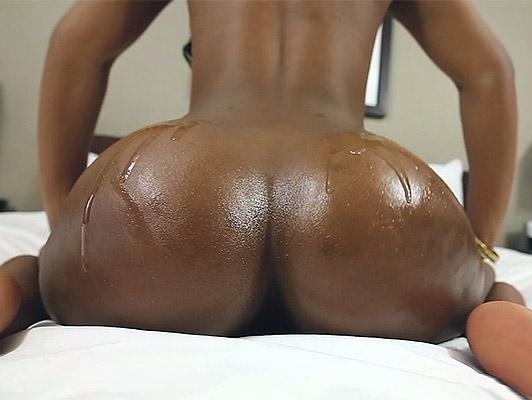 Imagen sexo interracial con un adolescente negro con gran culo cubierto de aceite