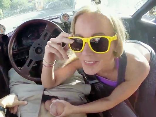 Imagen adolescente rubia con tetas naturales y garganta profunda chupa una gran polla en un coche