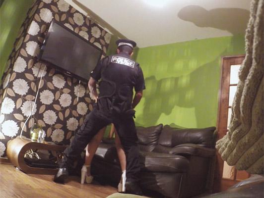 Imagen Oficial de policia folla a un ama de casa caliente con grandes tetas