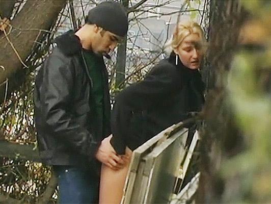Imagen Voyeur ve a una pareja follando en el parque