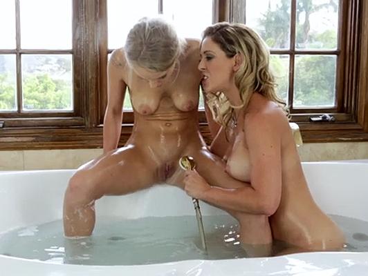 Imagen Madre e hija se enrollan para follar en la bañera