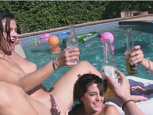 Imagen fiesta de lesbianas en la piscina