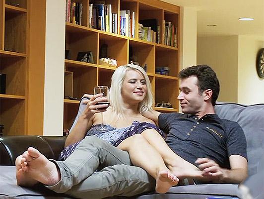 Imagen folla a su nuevo y joven pareja en cuatro patas como una perra