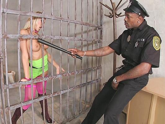 Imagen policía negro con una gran polla de mierda una puta rubia en la cárcel