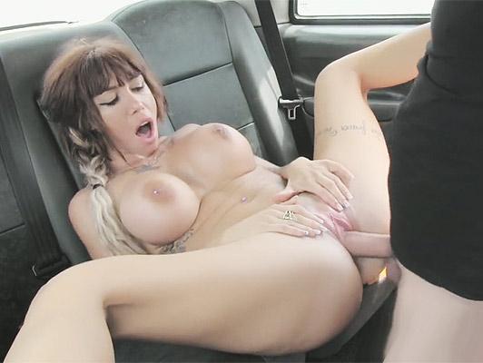 Imagen Española cachonda tetona follada en un taxi