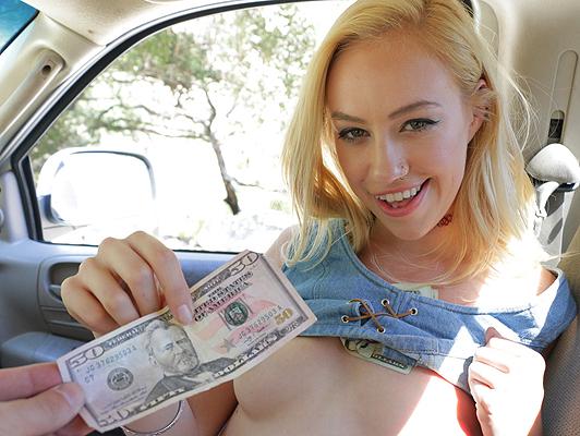 Imagen hippie joven rubia folla por dinero