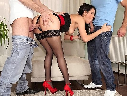 imagen Samia Duarte se la follan entre dos chicos en todos sus agujeros