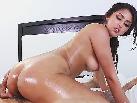 Imagen Cogiendo a una joven latina con un pene atrapado en su culo cubierto de aceite