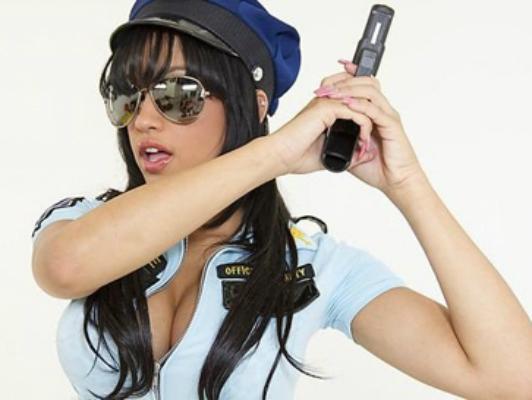 Imagen Abella Anderson es la policía de sus sueños