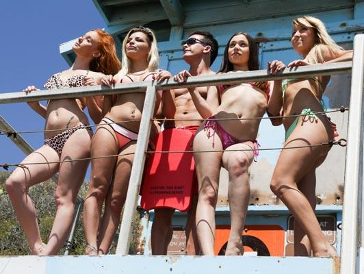 Imagen Orgia entre chicas en bikini y vigilantes de la playa