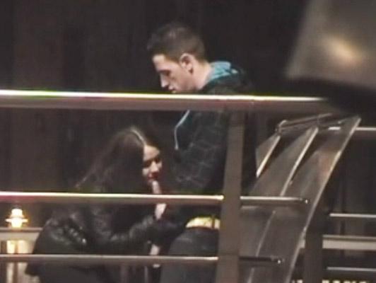 Imagen Joven pareja de pie en el parque grabada por un voyeur mientras ella le da una paja y una mamada novio