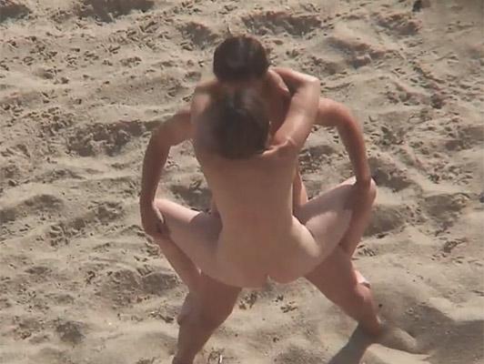 Imagen el sexo acrobático en la playa nudista con la eyaculación interna gravado por una viciosa y morbosa voyeur