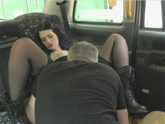 Imagen Follando en un pastel de taxi y crema, con una chica EMO con botas militares y grandes tetas