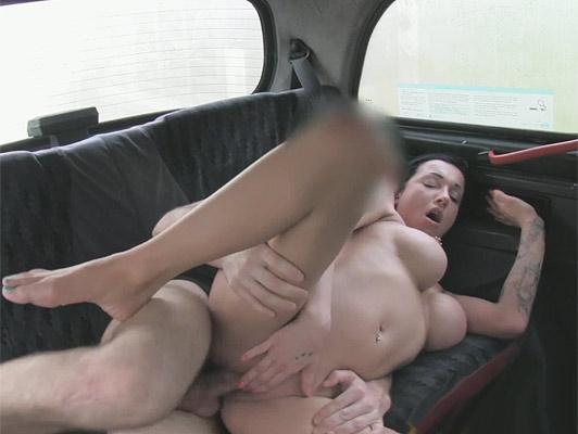 Imagen Linda morena tatuada chica Inglés, con un buen par de tetas follada en un taxi