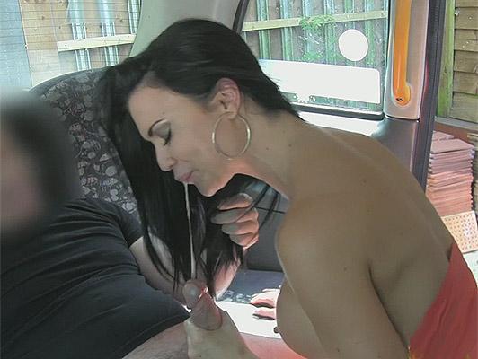Imagen mamada increíble y corrida facial con morena con tetas perfectas y boca golosa y lúdica en un taxi