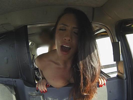 Imagen Una pequeña perra con piercings en la lengua y en las tetas follada en un taxi