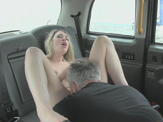 Imagen El conductor del taxi lamiendo coño y follando con una hermosa rubia y se corre sobre su cara de muñeca