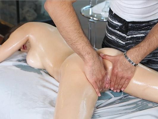 Imagen Vaginal masajes a un bebé tetona dulce y vicioso que está chupando la polla y folla duro para llenar la cara y el pelo con una buena corrida de leche caliente