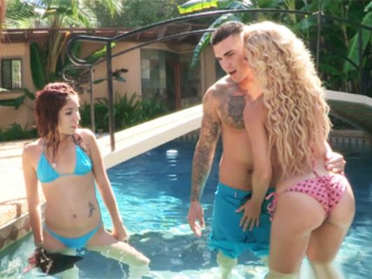 Imagen Madre con el novio bikini atractivo folla a su hija en la piscina