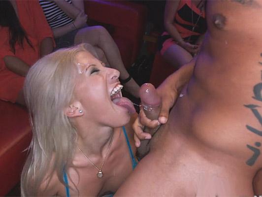Imagen En la despedida de soltera tetona come rubias su pene, a la bailarina niño poniéndolo al fondo de su garganta profunda y eyacular en su cara