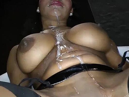 Imagen Orgia Bukkake con la boca y el coño de una latina tetona