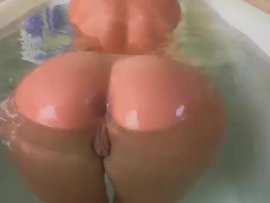 Imagen Ducha culazo de rubia flotando en el agua listo para follar