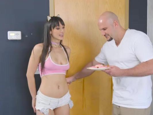 Imagen Chica con pantaloncito excita a su vecino y se la follan