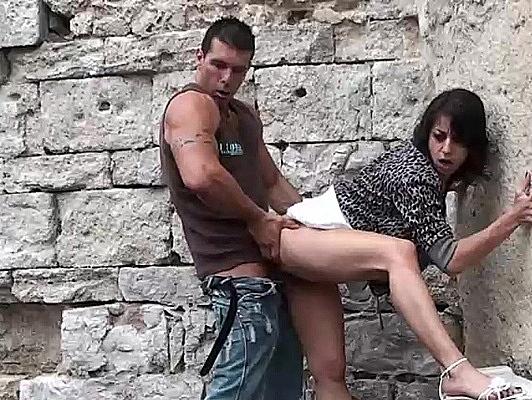 Imagen Dos tios follando una puta en la calle se corren en su boca