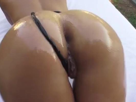 imagen Aceite en un culo perfecto y moreno, Kelsi Monroe
