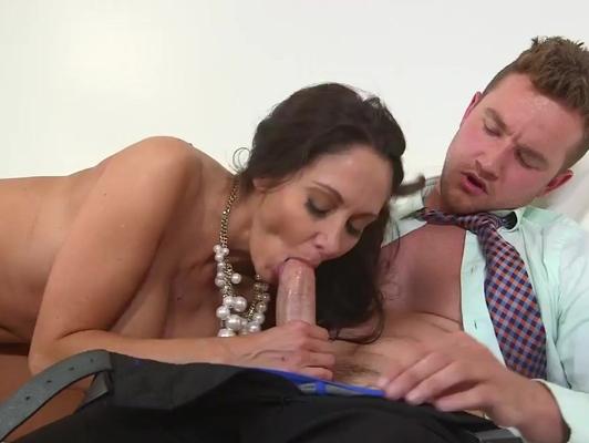 Imagen Madura haciendo una buena mamada a un jovencito