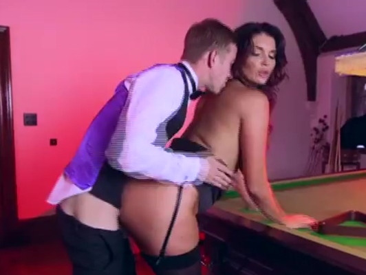 imagen Madura teniendo sexo duro con joven mesero