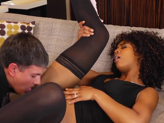 Imagen Interracial sexo duro a un coño moreno depilado