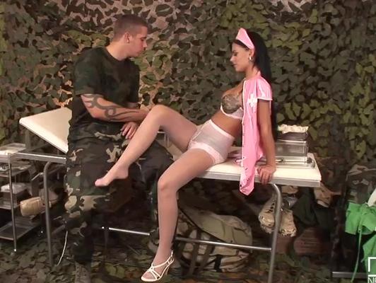 Imagen Enfermera muy sexi quiere follar con su paciente militar