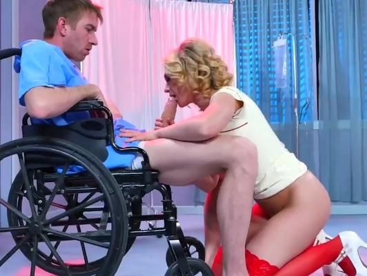 Imagen enfermera cachonda le pega una mamada a su paciente