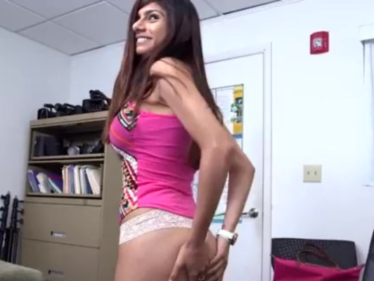 Imagen Mia khalifa preparando su ojete para un sexo anal