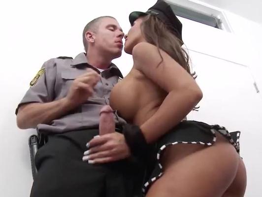 Imagen policia le dan la bienvenida con una puta de pechos grandes