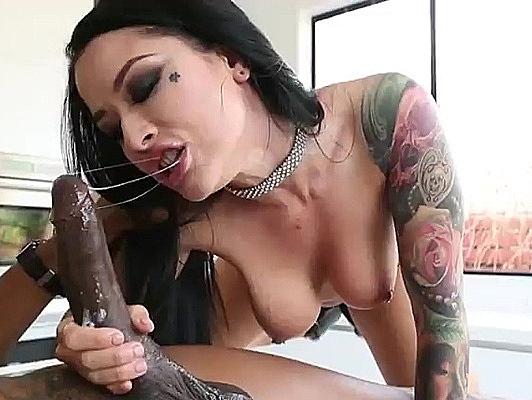 Imagen Porno interracial follando una tetona tatuada