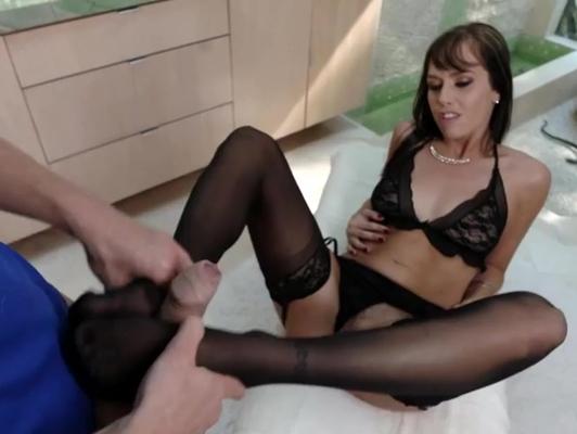 Imagen Sensual milf en lenceria fina recibe unacorrida en los pie