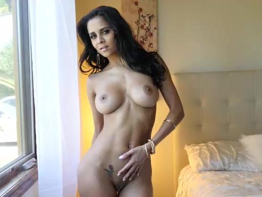 Imagen Latina bien caliente se toca su cliptori y queda mojadita