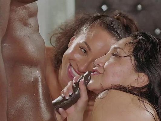 Imagen Interracial morenas feliz con una tranca negra
